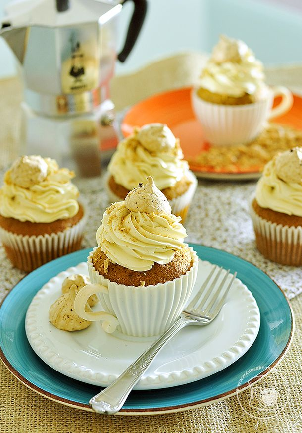Cupcakes de café, buttercream de café e merengue de café.