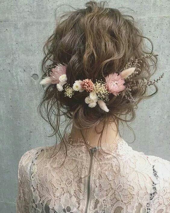 Boho Hochzeit Haar Inspiration. Konservierte Winterblumen und eine wellige, herrliche.