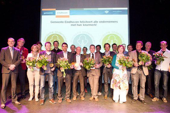 Maart 2012: Ze kwamen voor goud, zilver of brons naar de Effenaar: ruim 120 Eindhovense ondernemers. Op 28 maart 2012 werd tijdens de derde editie van de uitreiking van het keurmerk Duurzame Ondernemer bekend wie dit gemeentelijk keurmerk zou krijgen. Zes ondernemers gingen naar huis met goud, de overige 36 namen zilver en brons mee. (H)EERLIJK ANDERS ontving zilver (en organiseerde de catering).