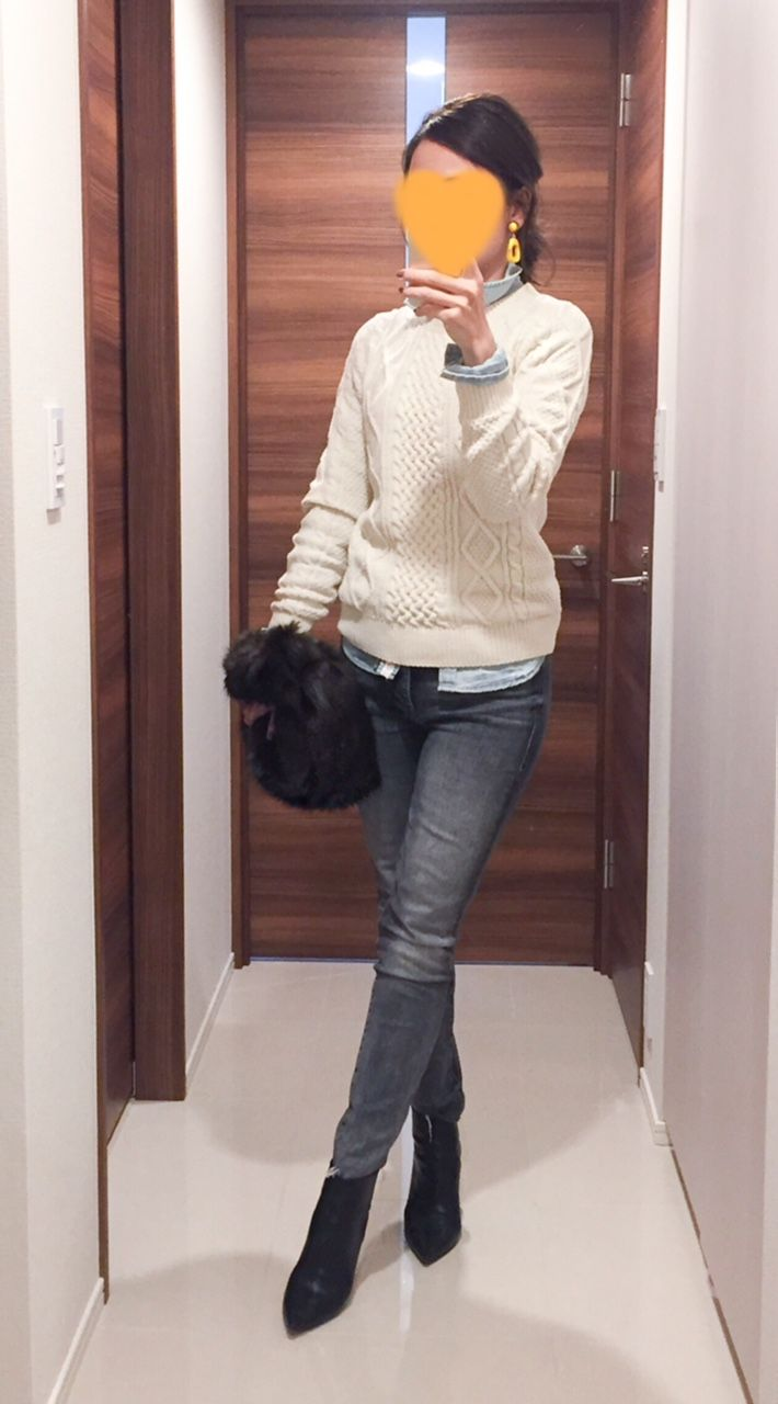 - Cable sweater: Uniqlo - Denim shirt: American Eagle - Grey skinnies: Mother - Bag: HELLEN MOORE - Boots: Jimmy Choo