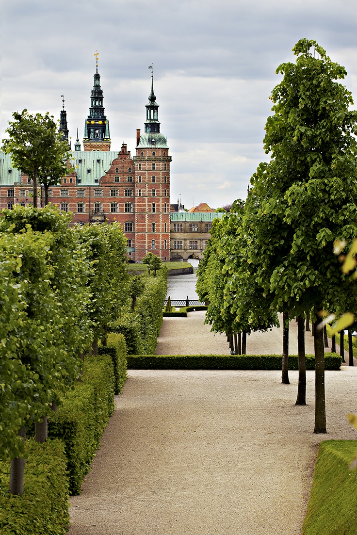 The baroque garden - a path to the Castle.