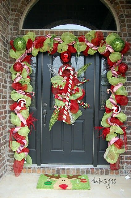 .Christmas door decor: Christmas Time, Ideas, Christmas Front Doors, Doors Decor, Decoration, Christmas Doors, Christmas Decor, Front Porches, Christmas Porch