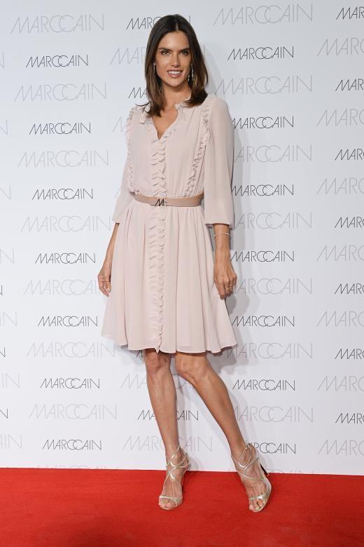 Staralarm bei der Berlin Fashion Week: Das brasilianische Topmodel Alessandra Ambrosio war bei der Modenschau von Marc Cain zugegen. In einem knielangen Kleid des deutschen Labels stellte sie sich dem Blitzlichtgewitter auf dem roten Teppich. Dazu trug sie silberne Stiletto-Sandalen.