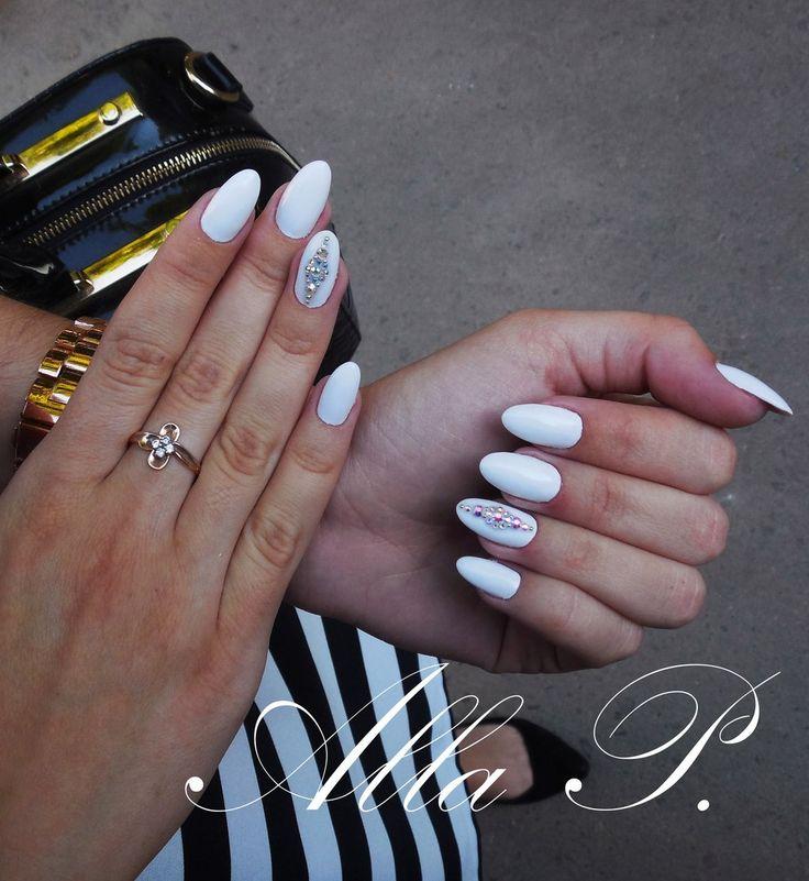 Белый лак довольно редко выбирают для покрытия всей ногтевой пластины, в основном он используется для французского маникюра. Пора исправлять эту несправедливость! Белый цвет стильно смотрится на ногтях и подходит к любой одежде . Работа выполнена с использованием гелей от Kodi, пилочки и бафика от Salon.#маникюр #ногти #шеллак #гельлак #manicure #gellak #shellac #маникюркиев #дизайнногтей #tufishop #маникюрчик