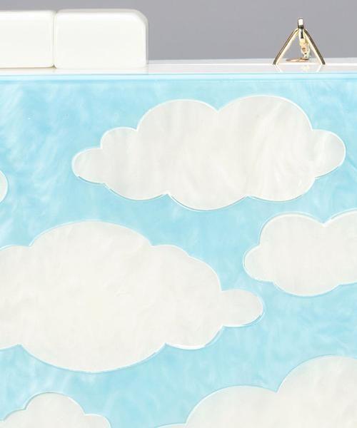"""Restock! Bolso Clutch nubes. Material acrílico. Con cadena dorada. Minueto es una marca de moda española que apuesta por diseños de estilo """"girly"""" con toques vintage. Minueto nace con la idea de ofrecer un concepto alternativo de entender la moda desde la perspectiva de una chica fresca que no se deja llevar por las tendencias y busca su propia identidad."""