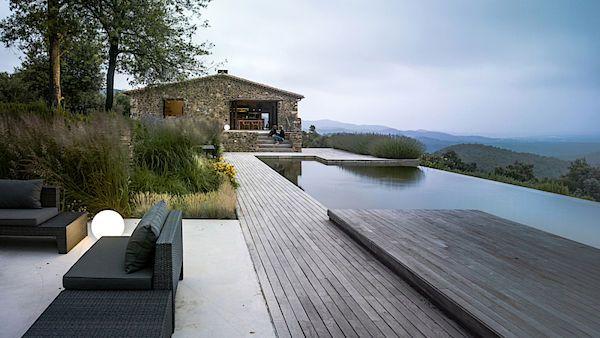 Dům postavený na troskách někdejší farmy doplňuje nekonečný bazén s nádherným výhledem do okolní krajiny.