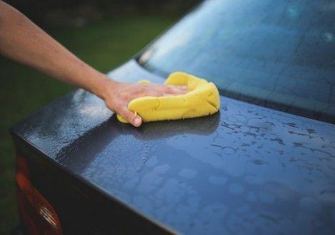 Como lavar o carro poupando água