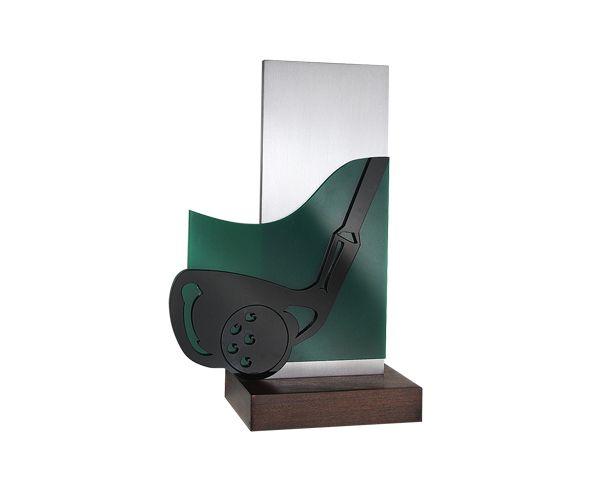 Peça: bidimensional com relevos, 18cm de altura x 7,6 cm.  Logo e texto podem ser personalizados impressos diretamente na peça.  Materiais disponíveis: alumínio escovado com aplicação de acrílico em relevo.  Base: madeira natural nobre ipê, 10x7x2cm.  Placa cortesia: aço inox (prata) 7x2cm, ou gravação diretamente na peça.