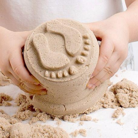 """Рубрика """"Часто Задаваемые Вопросы""""🌟: Какой кинетический песок выбрать? Если вы хотите сохранить частичку лета, занять ребенка или самим снять стресс, то кинетический песок в помощь!👍 Игры с песком подходят детям примерно с 2 лет (когда ребенок уже точно не будет тащить все в рот, чтобы попробовать на язык) Разберемся в видах песка: 🌀Живой песок Living sand По текстуре напоминает крахмал, приятный на ощупь, растворяется в воде. Очень хорошо лепится. Цвет белый 🌀Кинетический песок…"""