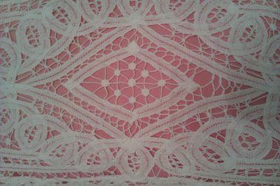 decoraconmaría: cojines Cojín estilo vintage elaborado con tejidos en hilo,y fondo tela rosa