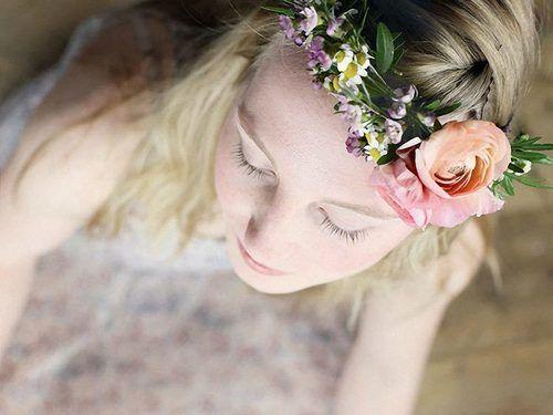 La couronne de fleurs, c'est l'accessoire parfait pour accompagner une jolie robe d'été ou pour un festival ! C'est facile à faire et on vous le démontre dans ce tutoriel !