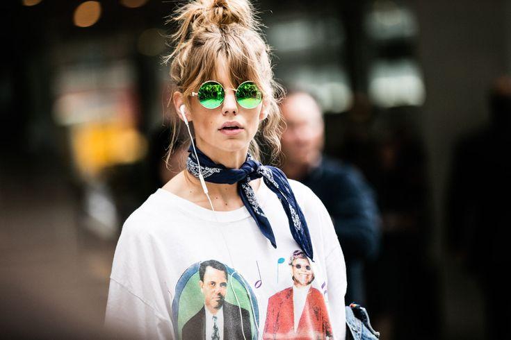 Street style à la Fashion Week printemps-été 2017 de New York : chignon haut top…