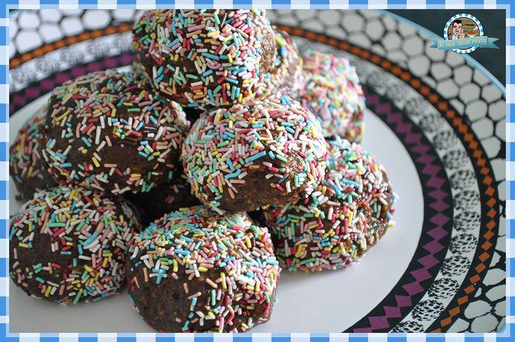 Palline di cioccolato e mandorle, con cacao e pezzetti di cioccolato