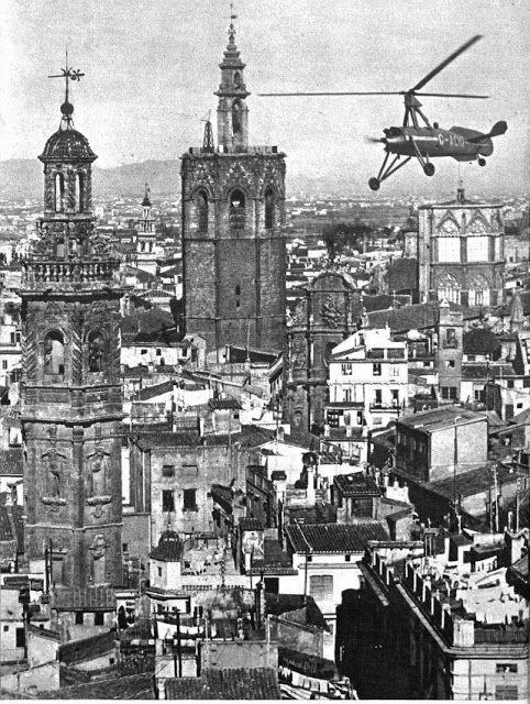 EL AUTOGIRO DE LA CIERVA SOBREVUELA VALENCIA, 1934 / vintage / photography / cities