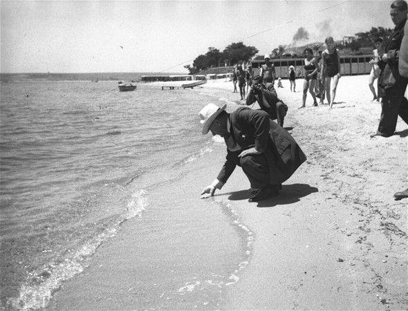 Cumhurbaşkanı Mustafa Kemal Atatürk, 28 Haziran 1935'te Florya'da yapımı süren deniz köşkü inşaatını ve plajı gezerken