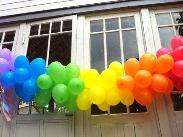 luftballons girlanden regenbogen farben gartenparty dekoration
