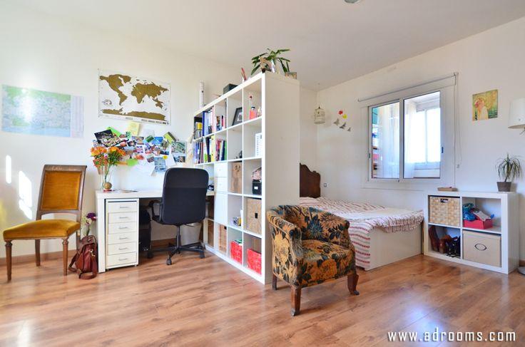 <この部屋のコーディネートPOINT> 机やベッド、シェルフなどのメインアイテムは白をレイアウト。チェストやチェアなどのサブアイテムで茶系をコーディネートし、小物で彩りを。チェア(4脚)を利用してカラーコーディネートとリズムを与えるのがポイント。 【基本色】白、茶 自然体でおしゃれなミラノの一人暮らし1Kガールズインテリアルーム アドルームズ