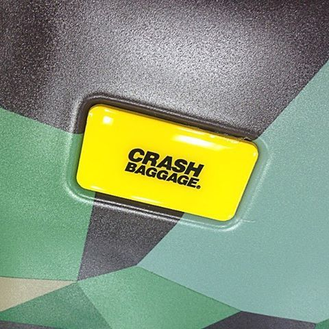 Crash Baggage(クラッシュバケッジ)Limited Camo 100L ラージサイズの入荷です。 HANDLE WIRHOUT CARE - 取扱い注意不要スーツケース -  イタリアのベネチア出身のデザイナーによって生み出されたユニークなデザインのスーツケースブランド、Crash Baggageになります。 ミディアムサイズの100リットル(8泊以上)で超軽量の4.2kg、100%ポリカーボネイト素材でTSAロックも搭載してますのでアメリカへのご旅行にも安心して使って頂けます。5年保証付き(消耗部品・航空会社の取扱いによるダメージは除く)。 デザインは、頻繁に使用したかの如くクラッシュがあり、そのクラッシュをデザインとした斬新な発想のアイテムとなっています。 ▼購入はこちらから  https://around.buyshop.jp/items/5981741 ▼商品サイズ(単位cm) H74 ×W46 ×D24 三辺合計:144c ▼容量(リットル) 100L ※▼重量(4.2kg) #aroundtheworld #
