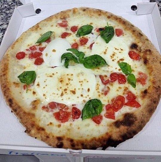 """Pizza """"La Zizzona"""": mozzarella di bufala, Zizzona tagliata a fette, pomodorino corbarino e basilico, da #Monetti"""