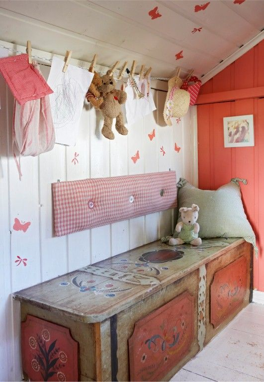 Cozy cottage nook <3 the pine chest with traditional Swedish rosmålning.