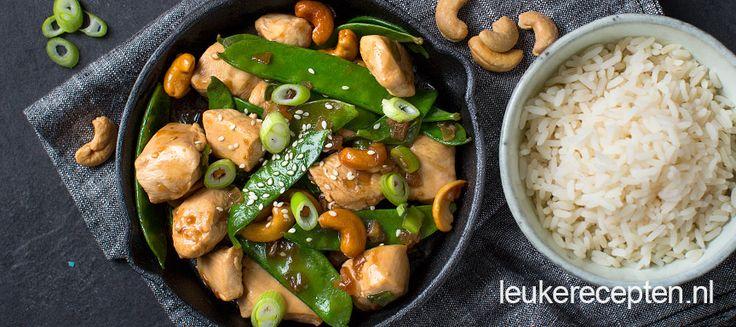 Snel en makkelijke roerbak met blokjes kip en peultjes in een lekkere teriyakisaus
