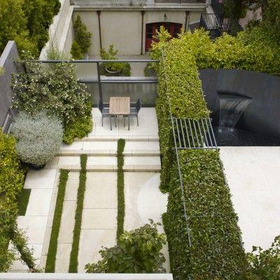 Ogród prywatnej rezydencji w San Francisco-autorstwa Lutsko Associates Landscape-ze względu na ograniczoną przestrzeń został pomyślany jak budynek bez dachu.  http://www.sztuka-krajobrazu.pl/51/slajdy/projekt-ogrodu-w-miejskiej-dzungli