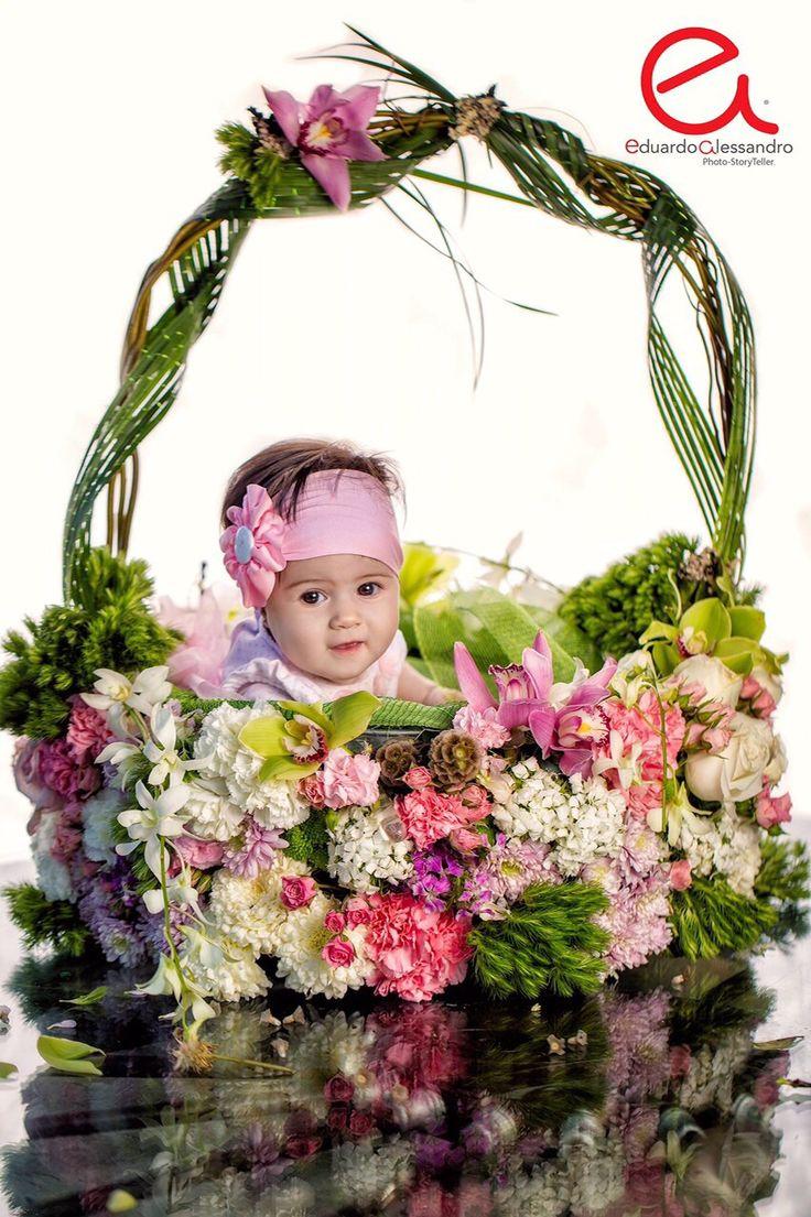 Canasta de flores naturales para foto de bautizo de niña