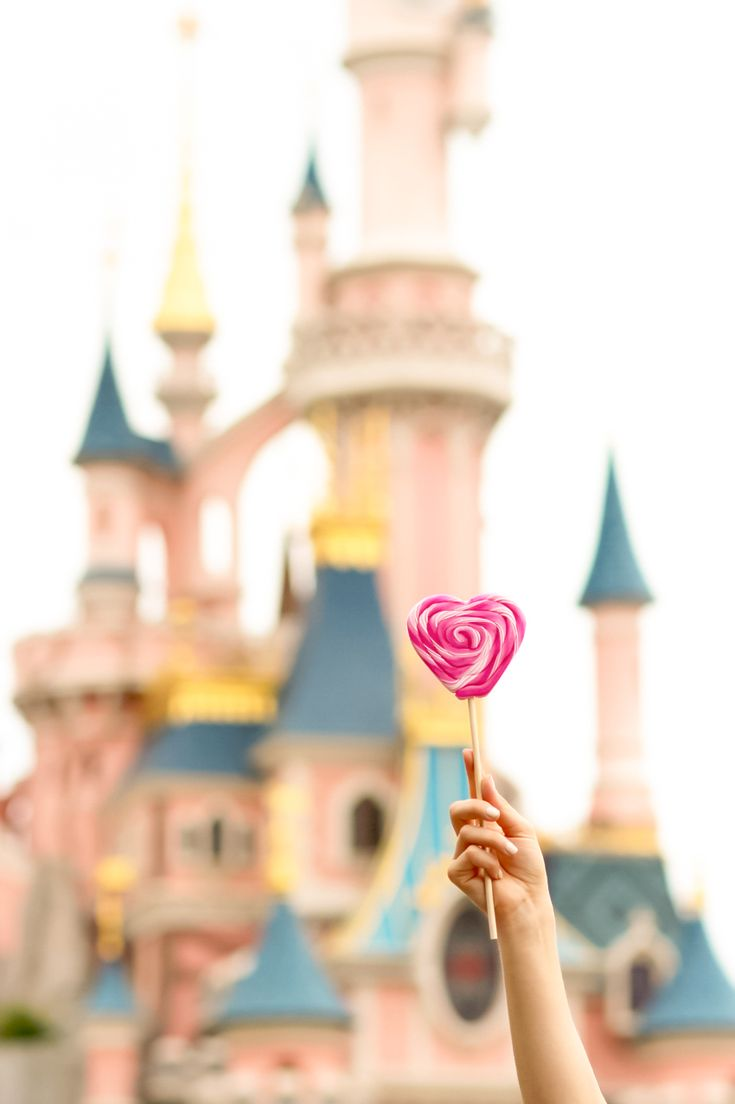 French fashion blogger Artlex to disneyland Paris / parc d'attraction disneylandparis / heart lollipop / castle of the Sleeping Beauty