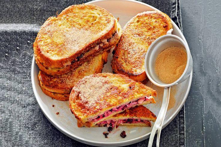 Zo wil je elke dag wel ontbijten! Wentelteefjes met kaneelroomkaas en fruit - Recept - Allerhande
