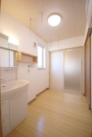 脱衣洗面所には広い物干しスペースがあります。