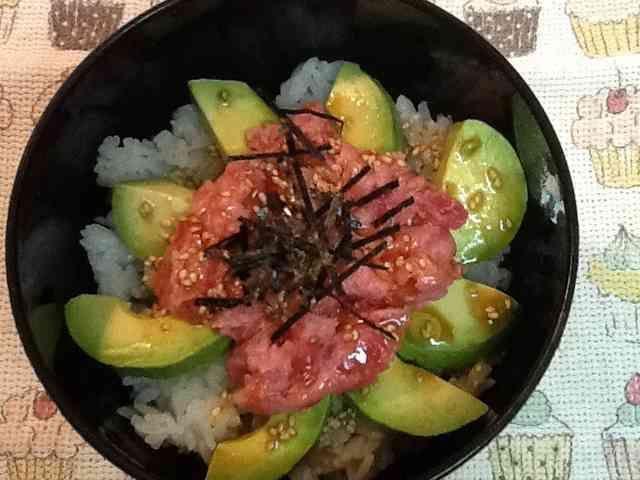 簡単夏ランチ☆アボカドとマグロのたたき丼の画像