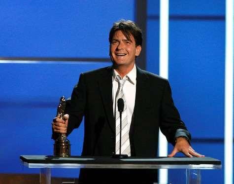 """Charlie Sheen elfogadja a díjat kiemelkedő színész egy televíziós vígjáték """"Two and a Half Men ... - REUTERS / Mario Anzuoni"""