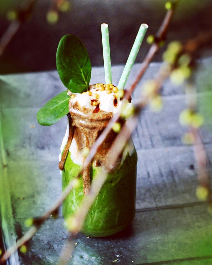 """Spring is soon here  and I felt my life needed something green. This smoothie is full with good stuff. 1. Malted rye porridge called """"MÄMMI"""" with vanilla, 2. coconut Greek yoghurt, 3. spinach, banana, pear and coconut milk.  It definitely has two in one for me- the breakfast and lunch. OHJE BLOGISSA!"""