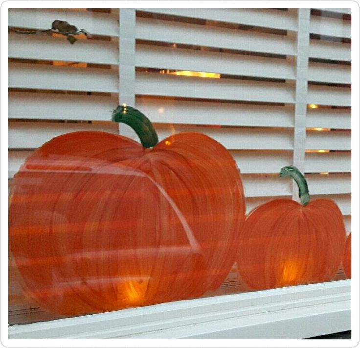 Herfst en halloween versiering, pompoenen schilderen op de ramen en er een ledwaxinelichtje achter zetten.  Mooi effect!
