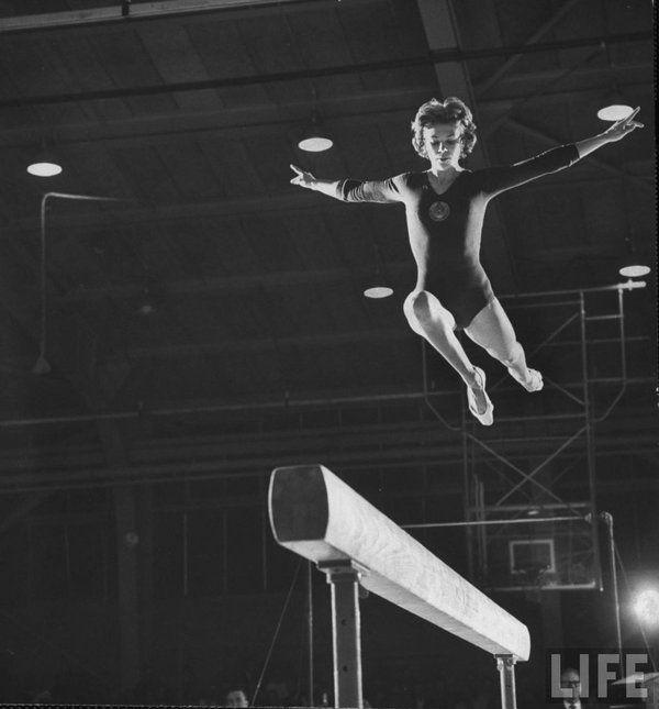 Łarysa Łatynina - ikona sportu. Ta rosyjska gimnastyczka to najlepsza w historii multimedalistka na Igrzyskach Olimpijskich.  Na swym koncie posiada ona aż 18  medali, w tym 9 złotych. Pokazała ona światu, że dzięki ciężkiej pracy, wielu wyrzeczeniom można wspiąć się na wyżyny i zadziwić cały świat sportu. Zapewne jeszcze minie wiele lat zanim ktoś się zbliży do jej wyniku! #gimnastyka #sport #trening #legend ##sprzęt ##gimnastyczny