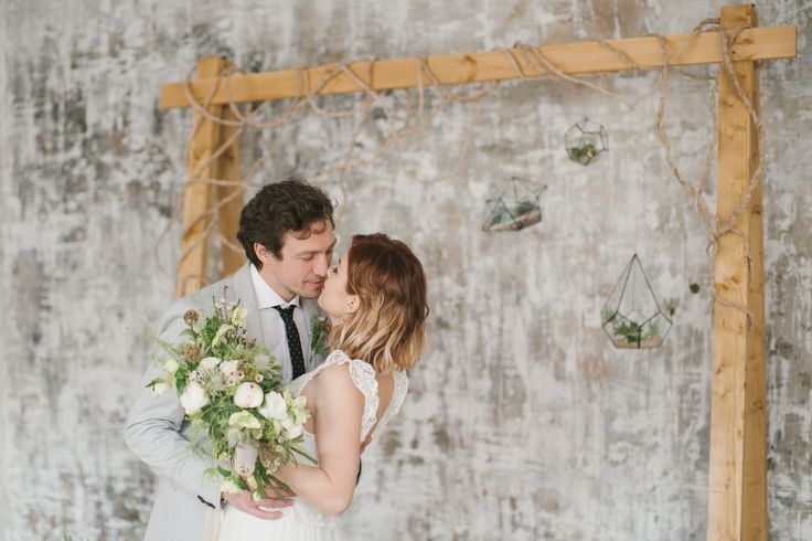 Выездная регистрация. Деревянная свадебная арка, флорариумы, кактусы и песок. Свадьба в эко стиле.