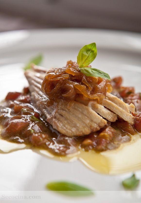 PESCADO - Ventresca de BONITO  con cebolla caramelizada y vinagreta de albahaca