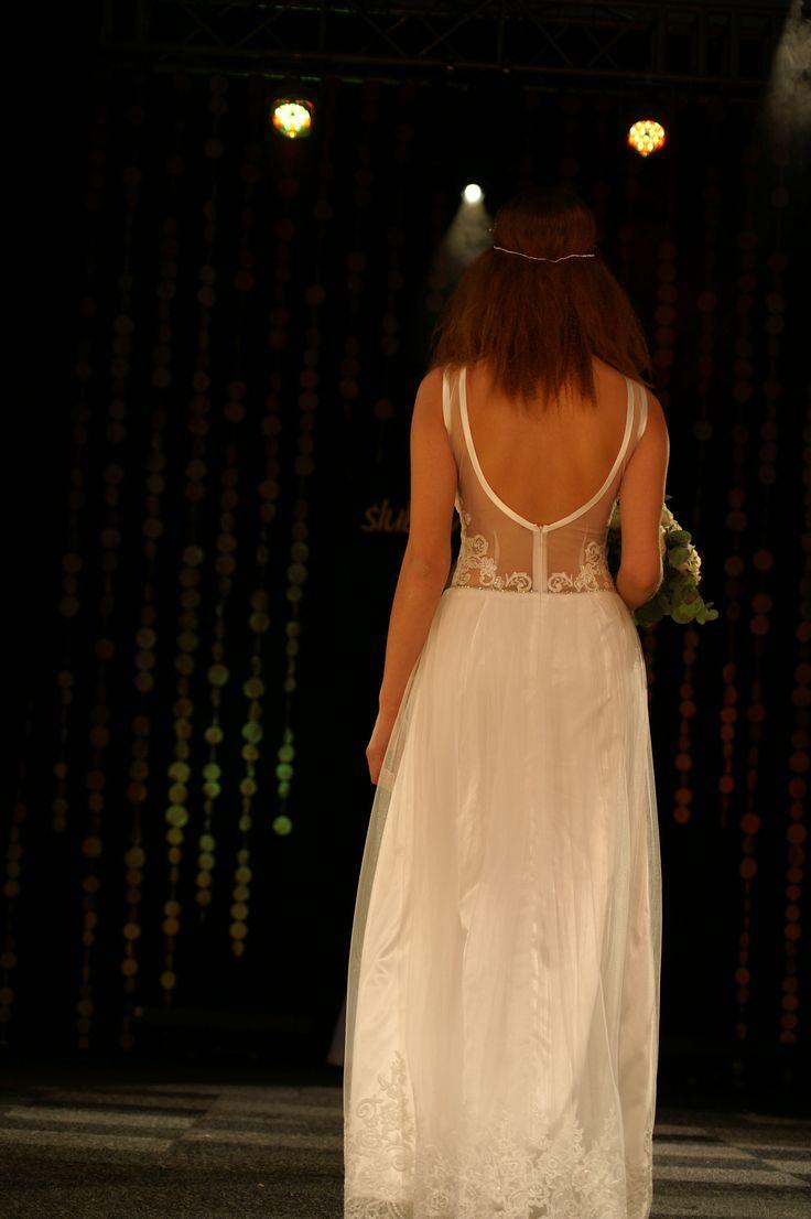 Tiulowo#koronkowa#suknia#ślubna#w#stylu#boho model1603 z#tiulowymi#ramiączkami suknia#z#głębokim#dekoltem#na#plecachTargi2016