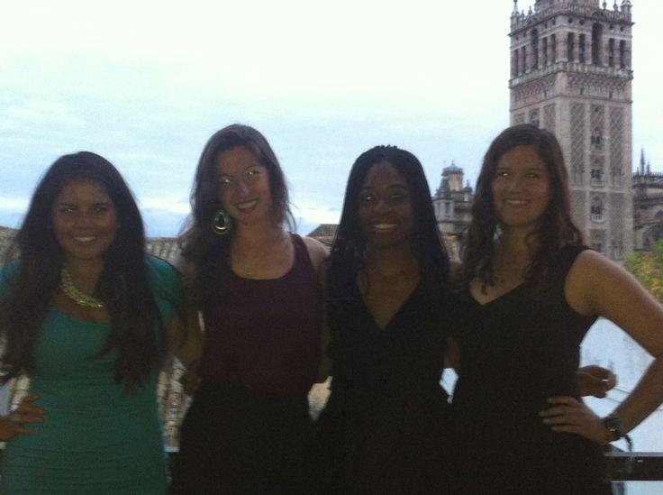 Nuestras chicas universitarias cenando cerca de la Catedral de Sevilla