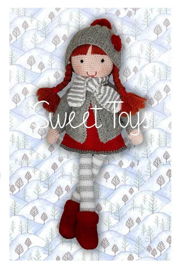 Monja - lalka wykonana na szydełku. Lalka ubrana jest w sukienkę, sweterek, czapeczkę i skarpetki wykonane ręcznie na drutach. Włosy lalki upięte są w warkoczyki.