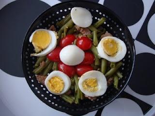 « Salade de haricots verts au thon comme une niçoise »  200 g de haricots verts frais    150 de steack de thon    1 œuf dur    Quelques tomates cerise    1 gousse d'ail dégermée émincée    1 càs de vinaigre balsamique    ½ càc de moutarde    Herbes de provence