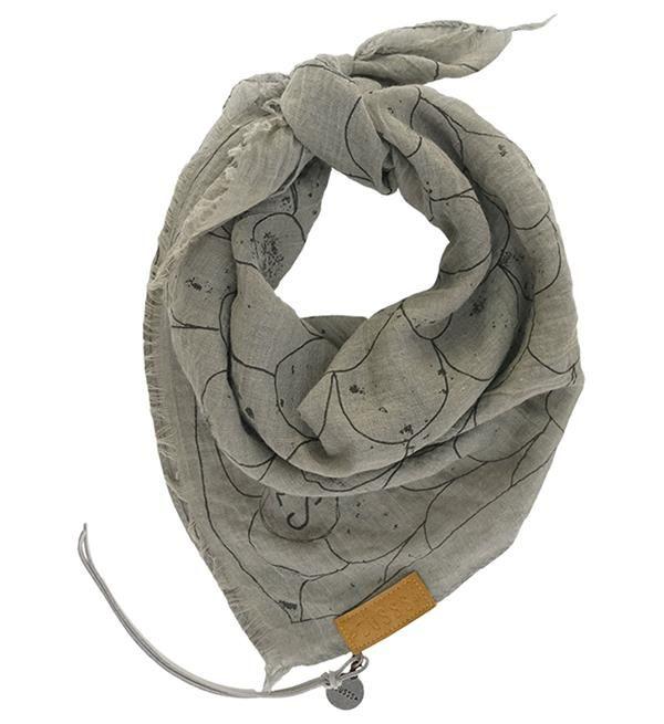 Zuss bandana: een hip sjaaltje, een echte musthave dit dit seizoen. De bandana is terug van weggeweest en heeft mooie kleurtjes en printjes! Voeg de bandana op verschillende manieren toe aan jouw outfit: in je haar, om je hoed, als kort sjaaltje om je nek of om je tas. Deze opvallende bandana in grijs-zwart heeft een schubbendessin. Materiaal: viscose. Afmeting: 65x65cm.