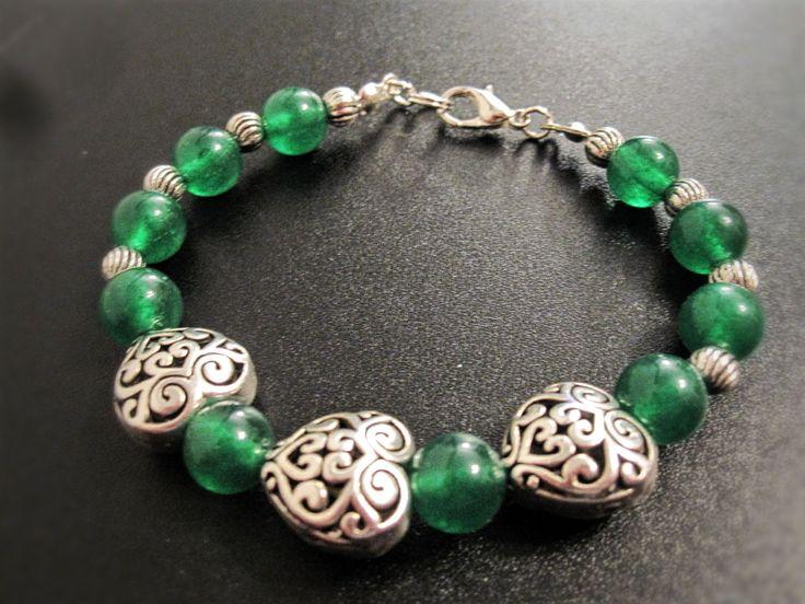 Bracelet coeur gravé et jade rouge ou vert de la boutique TheAsaliahShop sur Etsy