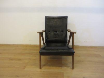 Teak Vintage fauteuil met zwarte skai bekleding en afgewerkt met kopspijkertjes. Diepte 49cm, breedte 61cm, zithoogte 35cm.