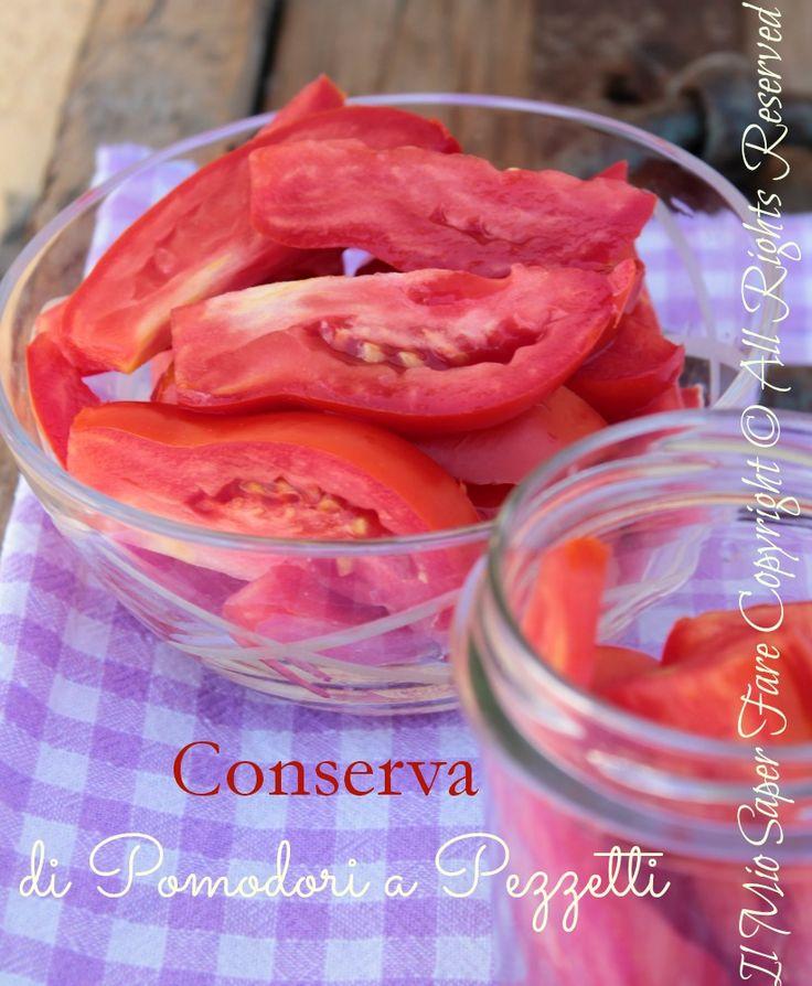 Conserva pomodoro crudo a pezzetti : saporiti, gustosi e profumati. Utili in inverno per minestroni, focacce e legumi. Sarà come avere i pomodori freschi