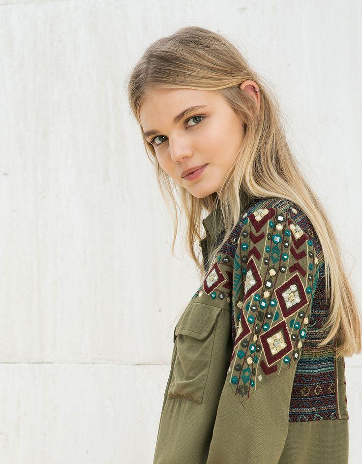 Camisa BSK detalle bordado. Descubre ésta y muchas otras prendas en Bershka con nuevos productos cada semana
