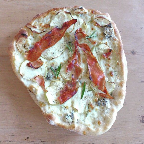 Pizza med rosmarin, eple og spekeskinke. Huttemegtu, så godt! Oppskrift på bloggen i dag. #helleskitchen #pizza #spekeskinke #tindspekeskinke #eple #rosmarin #tarasmak #taramagasin #godtno #godtfrabloggerne #nrkmat #matprat #matbloggsentralen