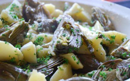 Carciofi e patate al forno - I carciofi e patate al forno è un contorno gustoso per il pranzo dell'Epifania, da preparare in modo facile e anche alquanto veloce. Sia le patate che i carciofi vengono tagliati a spicchi, poi cotti al forno dopo un condimento leggero.