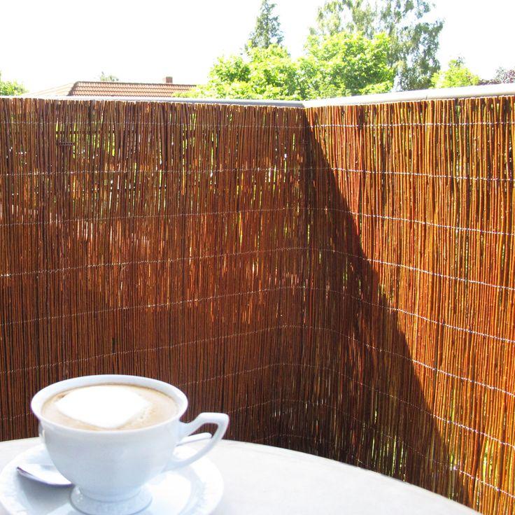 Ohne Sichtschutz am Balkongeländer fühlt man sich im dichtbesiedelten städtischen Raum auf dem Balkon, wie auf dem Präsentierteller. Die hellen Weidenruten als Balkonverkleidung schaffen nicht nur Privatsphäre pur, sondern erzeugen ein...