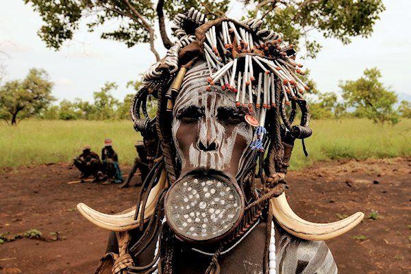 """Onder Afrikaanse kannibalen is enthousiast gereageerd op hetnieuwe voedingsadvies van de Gezondheidsraad. Minder rood vlees en meer volkorenbrood, luidt het advies aan deMkubu-stam in de binnenlanden van Burundi. De Gezondheidsraad komt met eennieuwe Schijf van Vijf, een hulpmiddel voor het maken van gezonde voedingskeuzen. """"Eerlijk gezegd mag ons voedingspatroon best wat gevarieerder"""", erkent stamhoofdMptube Kwmfutu. """"Eigenlijk eten we hier voornamelijkDuitse [...]"""